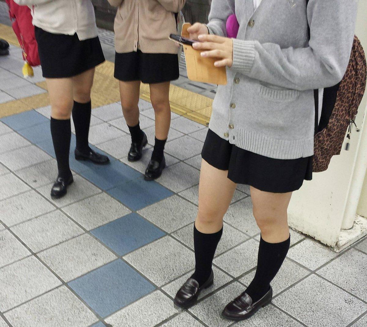 女子校生たちのスベスベな生足に釘付け!