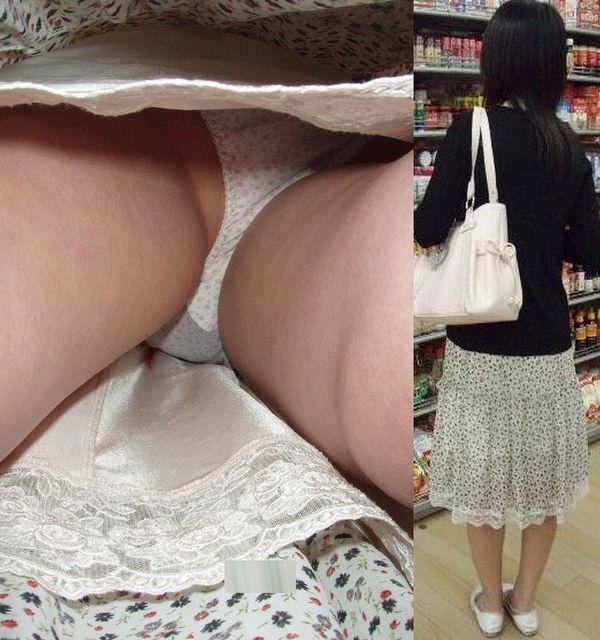 買い物中にスカート内を狙われた素人妻!