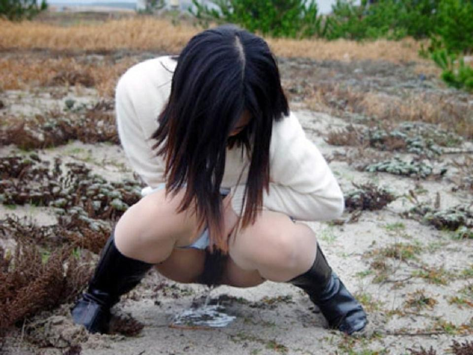 清楚なお姉さんが恥ずかしそうに放尿!