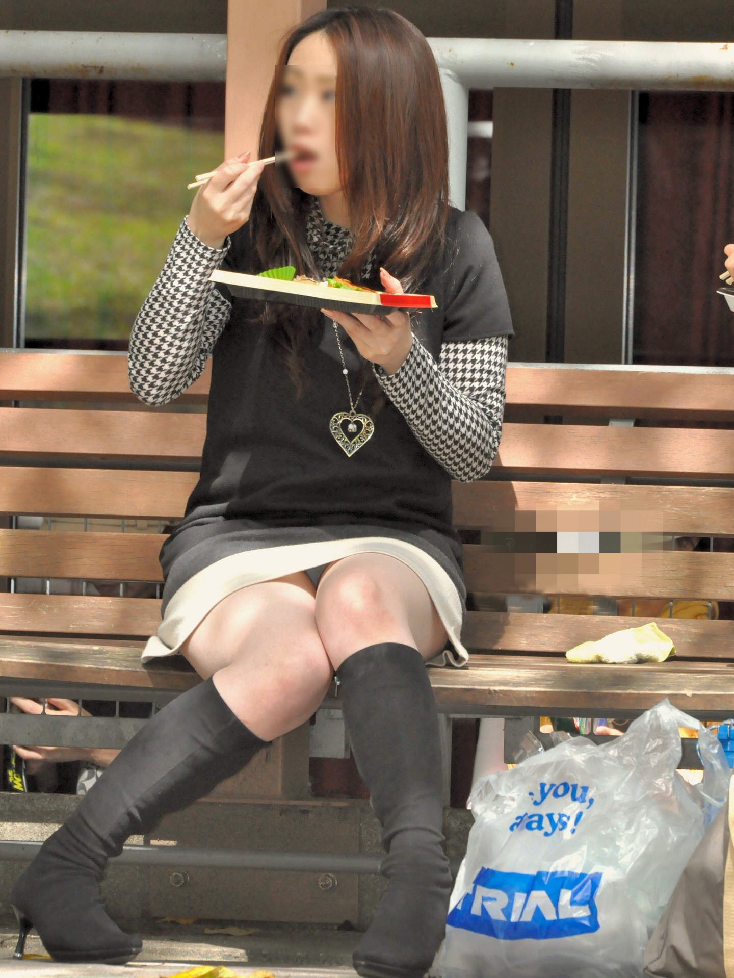 ベンチでお弁当を食べる美女の下着を盗撮!