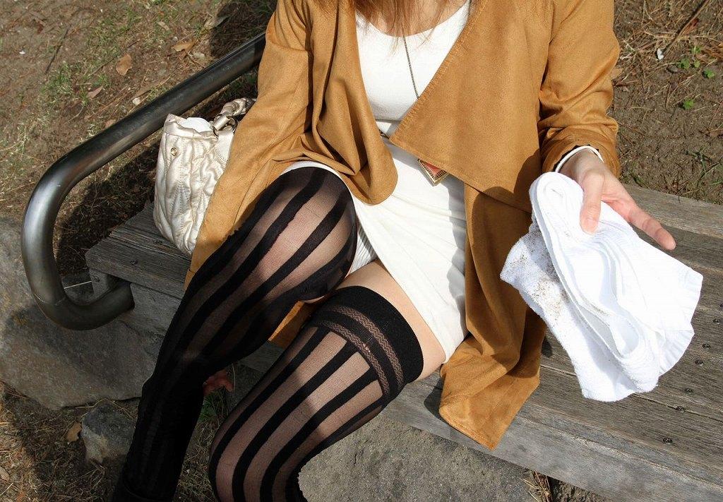 公園のベンチに座ってパンチラしてる美人ギャル!
