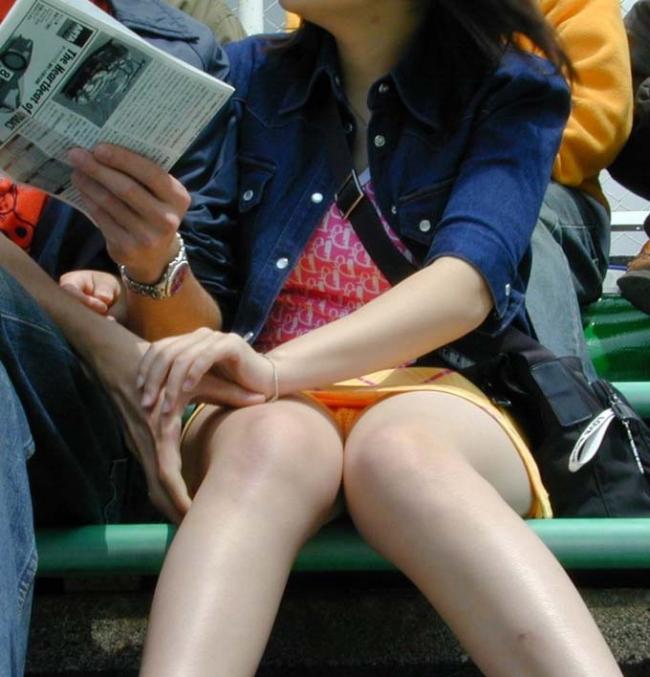 ミニスカ娘のパンツをズームカメラで隠し撮り!