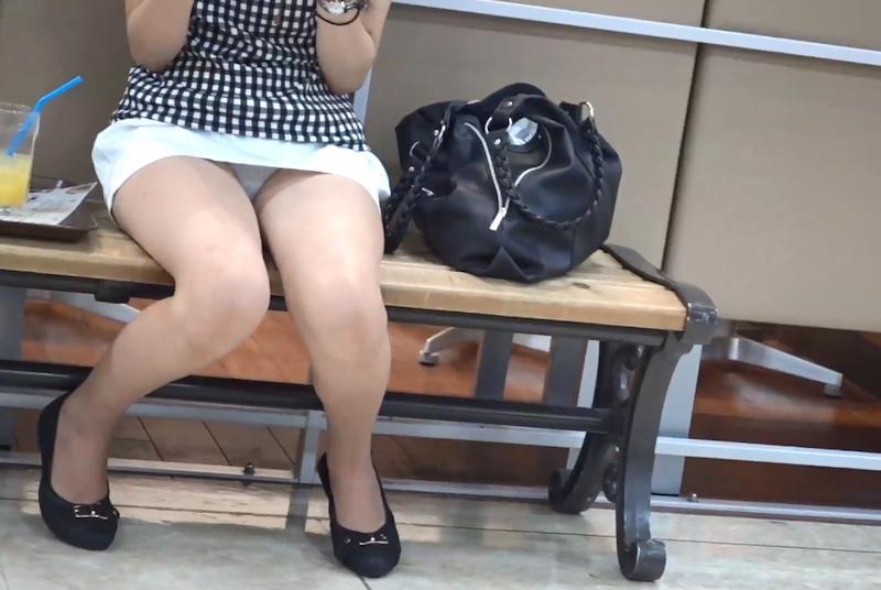 ベンチでリラックスしてる美女のパンチラ!