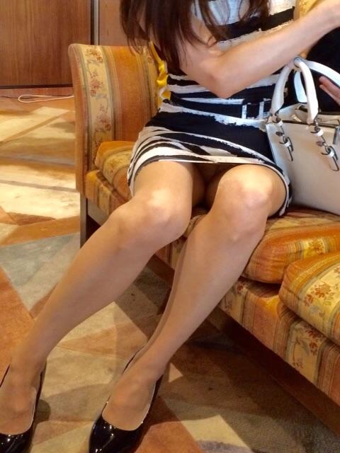 ミニスカートで必然的に下着が見えてる!