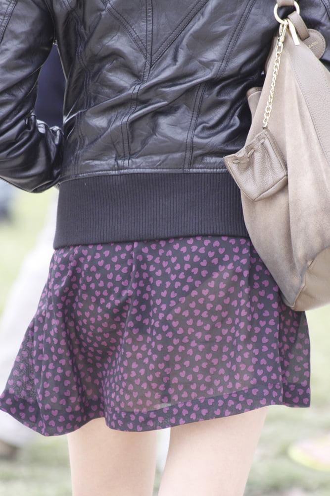 薄生地スカートから黒色パンツが透けてる!