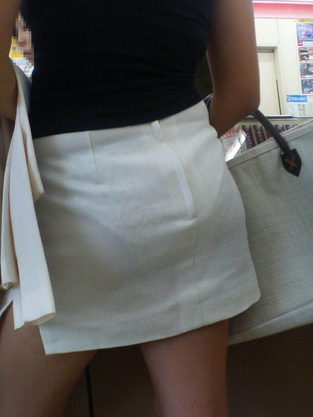 美脚美女のスカート越しに透けて見える下着!