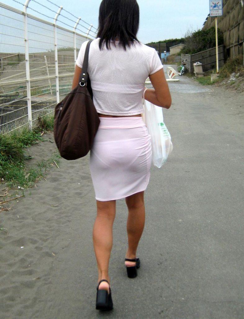 下着透けるスカートをよく履くよな!
