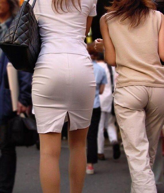 タイトスカートお姉さんのパンツが透けてる!
