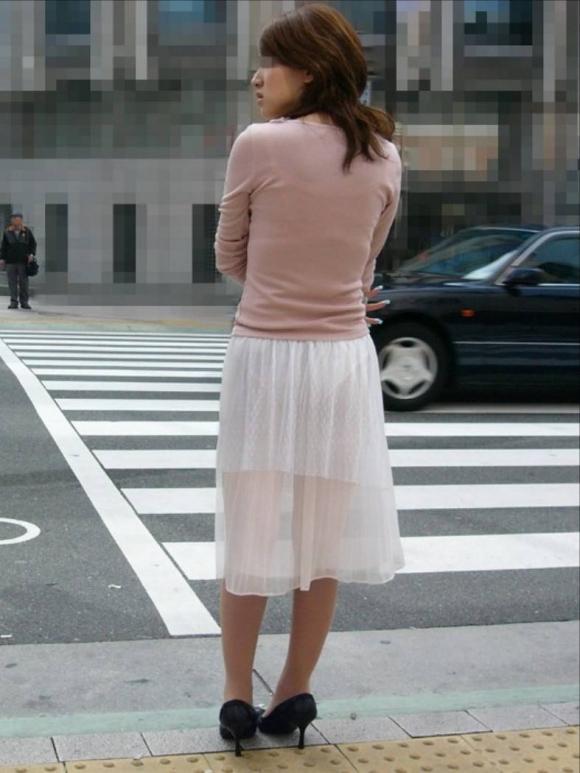 スカートの生地が薄すぎて下着が透けてしまう!