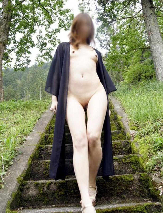 スレンダー美女が堂々と露出して歩いてる!