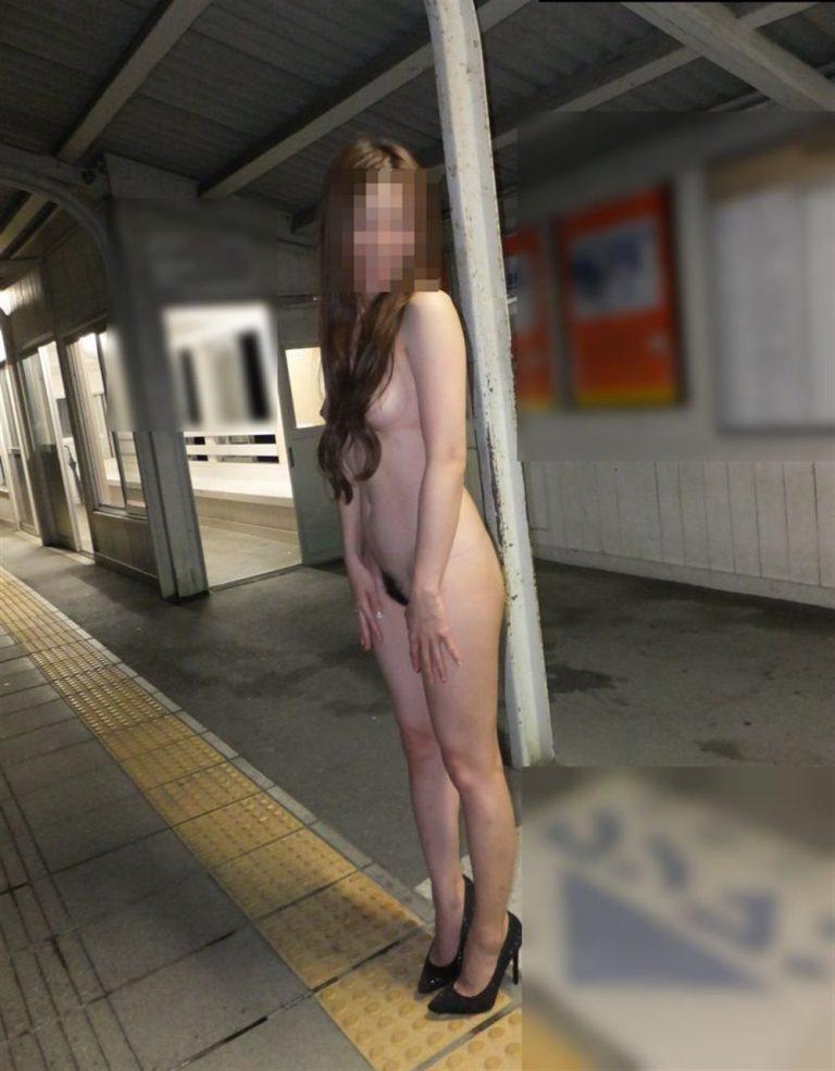 駅ホームで全裸にヒール履いてる美女ギャル!