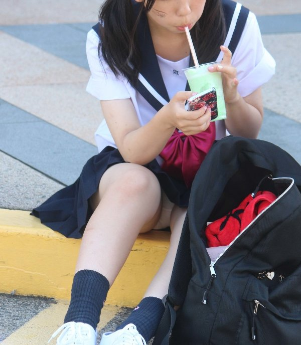 幼い女子校生の白パンティーを盗撮してる!