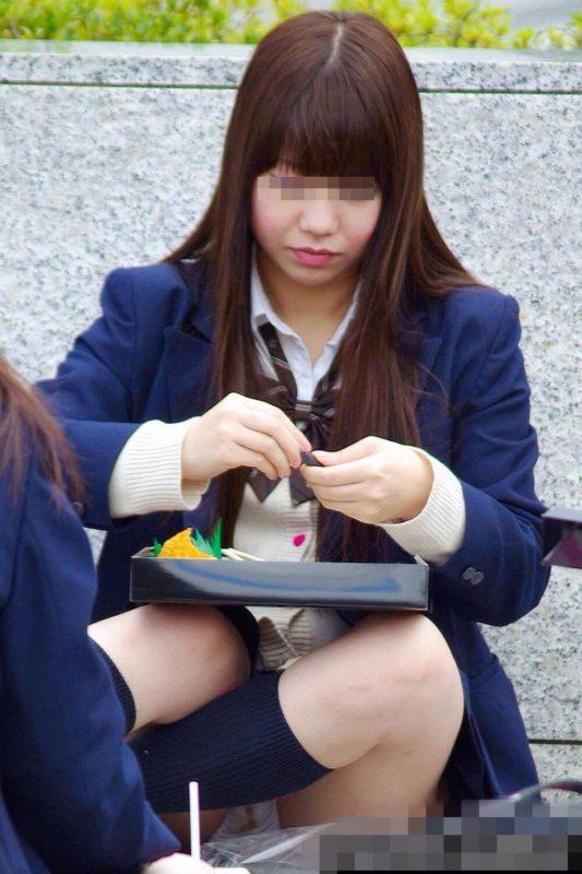 お弁当を食べてる女子校生のパンチラ盗撮!