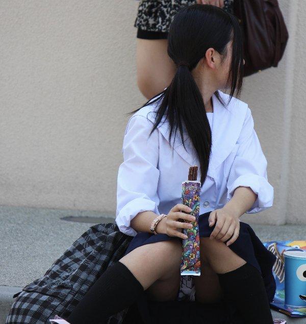 黒髪で清楚な女子校生の正面パンチラ盗撮!