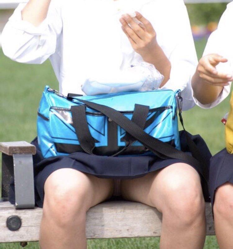 ベンチに座ってる女子校生のパンツがモロ見え!