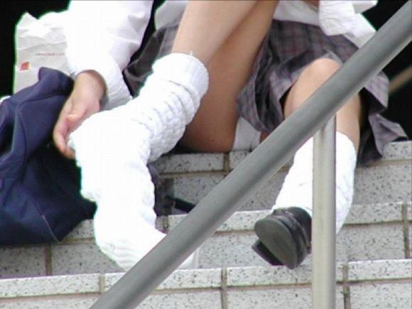 階段に座る女子校生の純白下着をスマホで撮影!