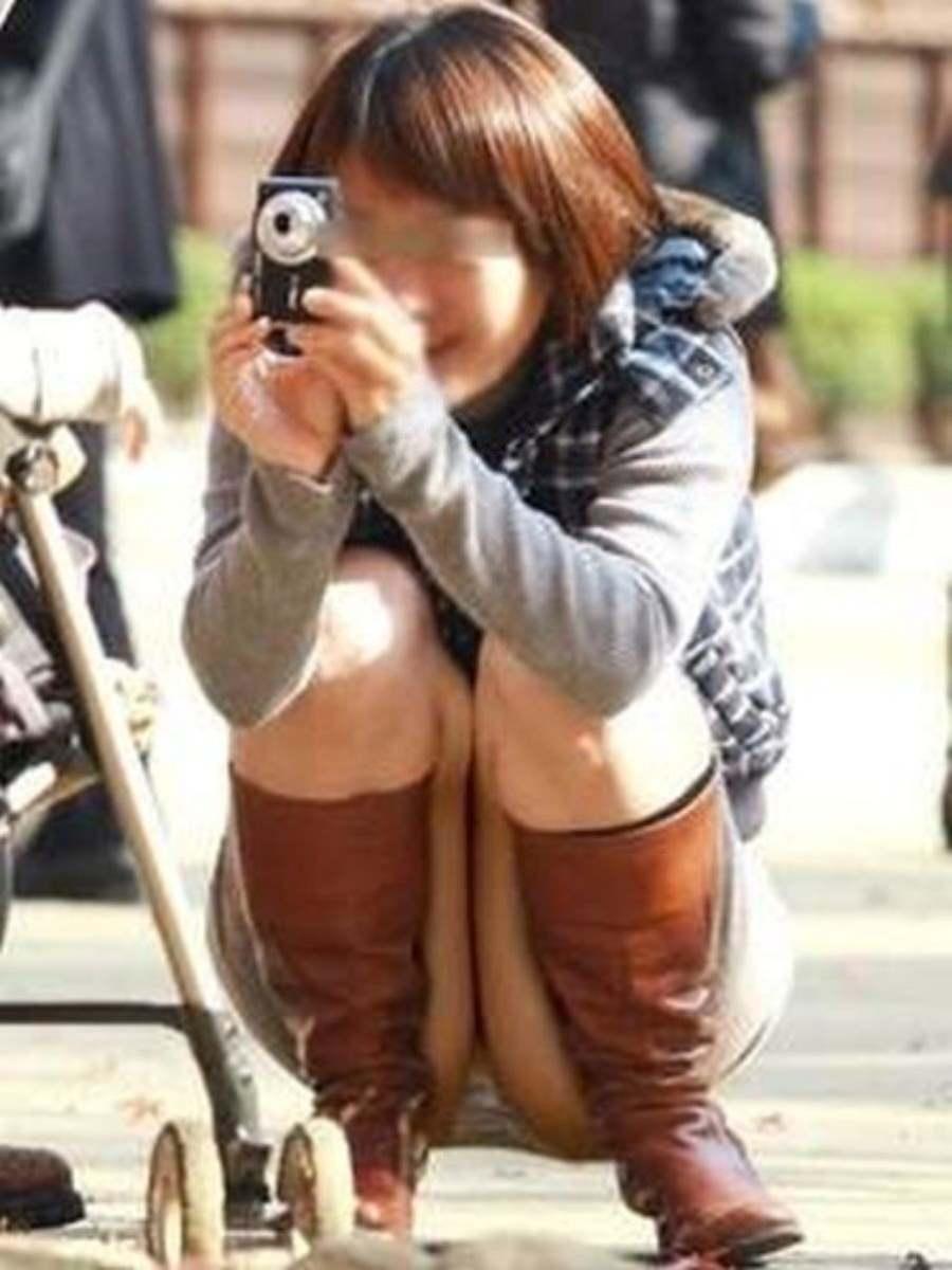 子供の写真を撮りながらパンツがモロ見え!