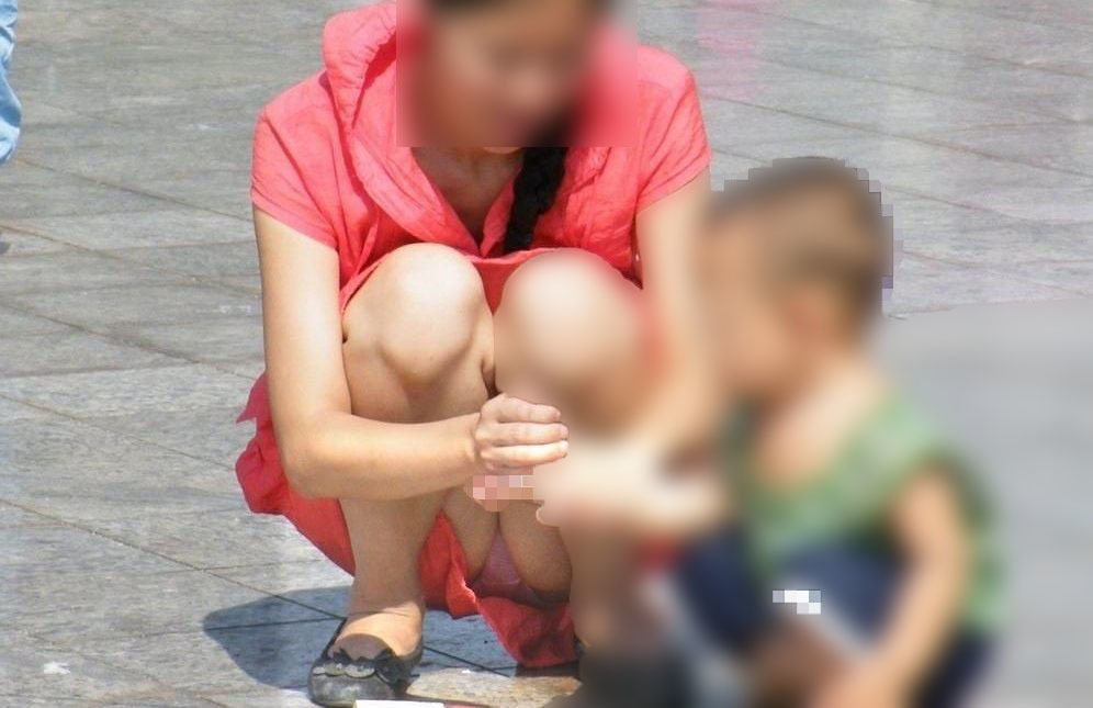 子供と遊んでる美人妻のパンティーをガン見!