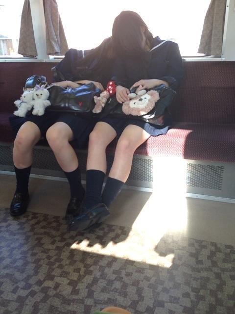 友達同士で寝てるJKの色白美脚を盗撮!