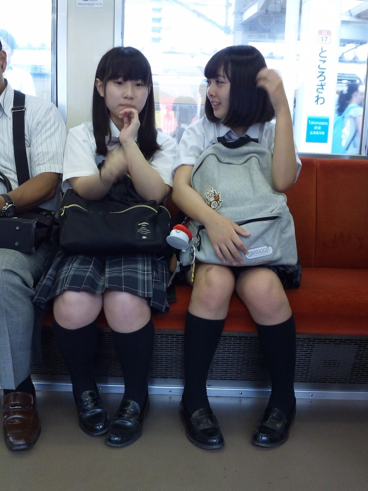 可愛いらしい女子校生達のムチッとした生足!