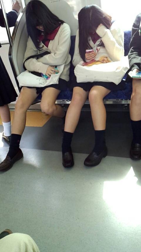 足が細くて綺麗な女子校生を隠し撮り!