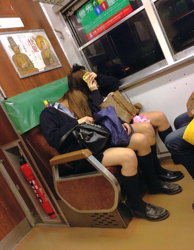 熟睡してるギャルJKのセクシー美脚を隠し撮り!