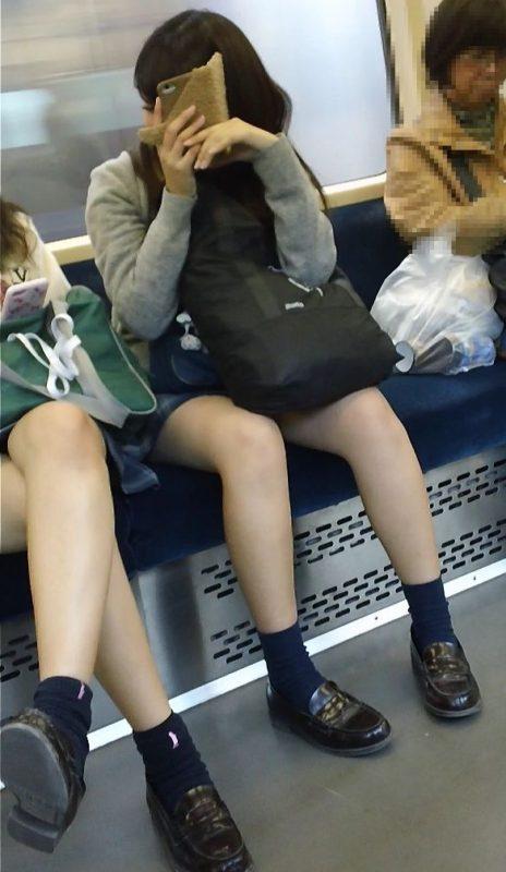 清楚系の女子校生のスラリと伸びた美脚を盗撮!