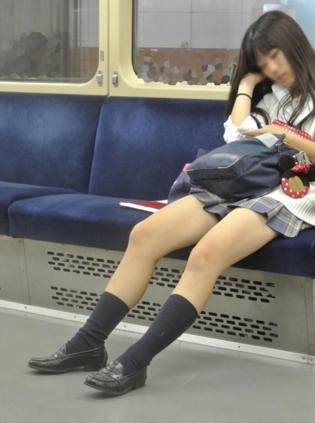 寝ている女子校生の生足が堪らなすぎる!