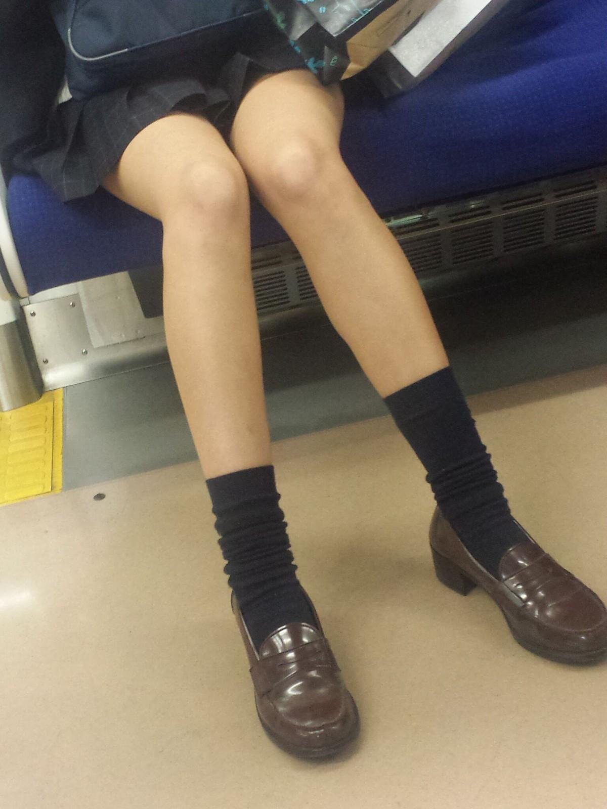 形の綺麗な足した制服JKをスマホで隠し撮り!