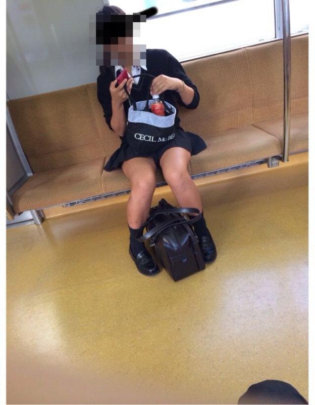 女子校生の生足を隠し持ったカメラで撮影!