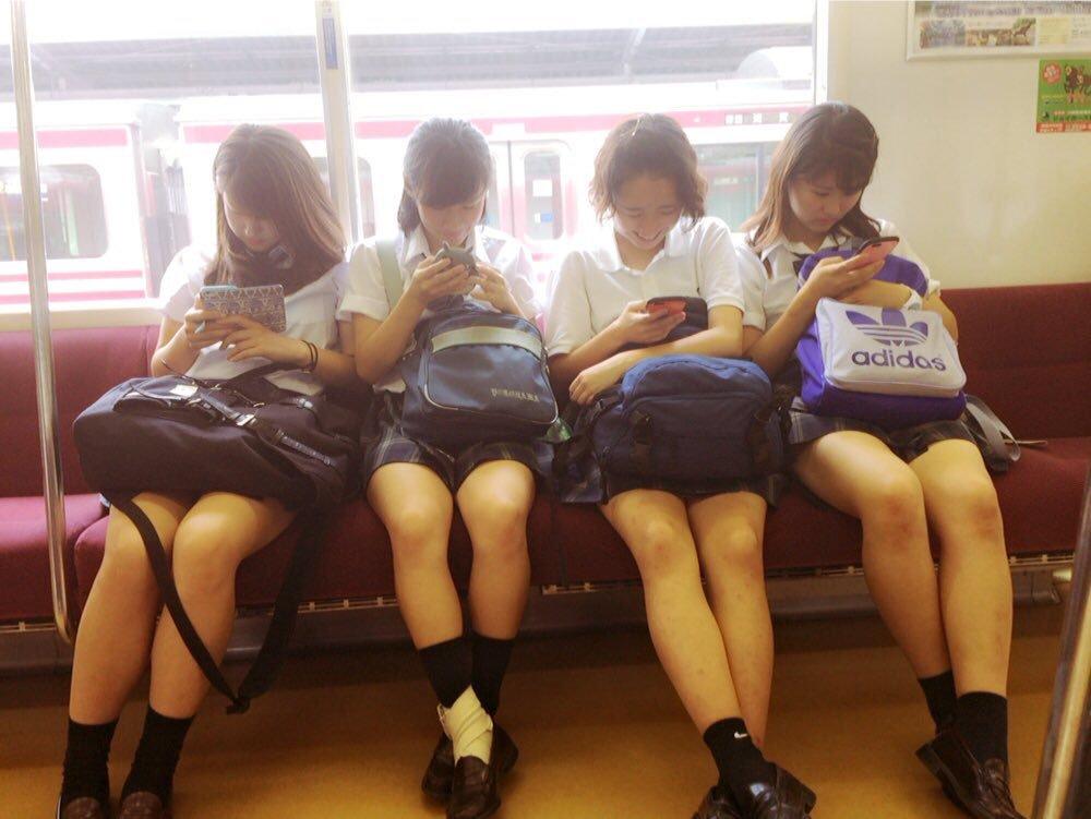 四人組の女子校生の美脚がセクシーで困る!