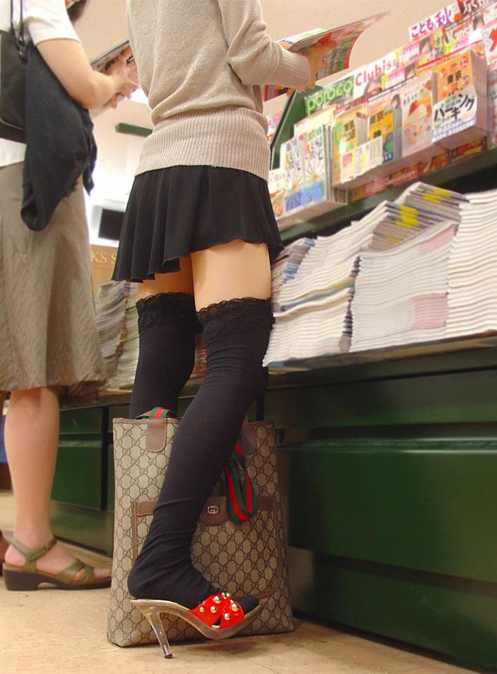 本屋で立ち読みするニーソお姉さんを隠し撮り!
