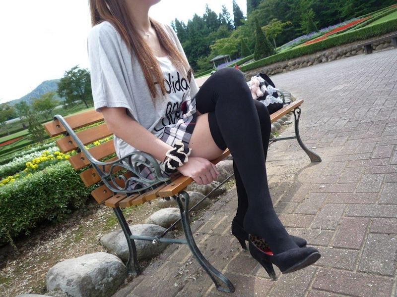 ベンチに座ってる美女の太股に釘付けになる!