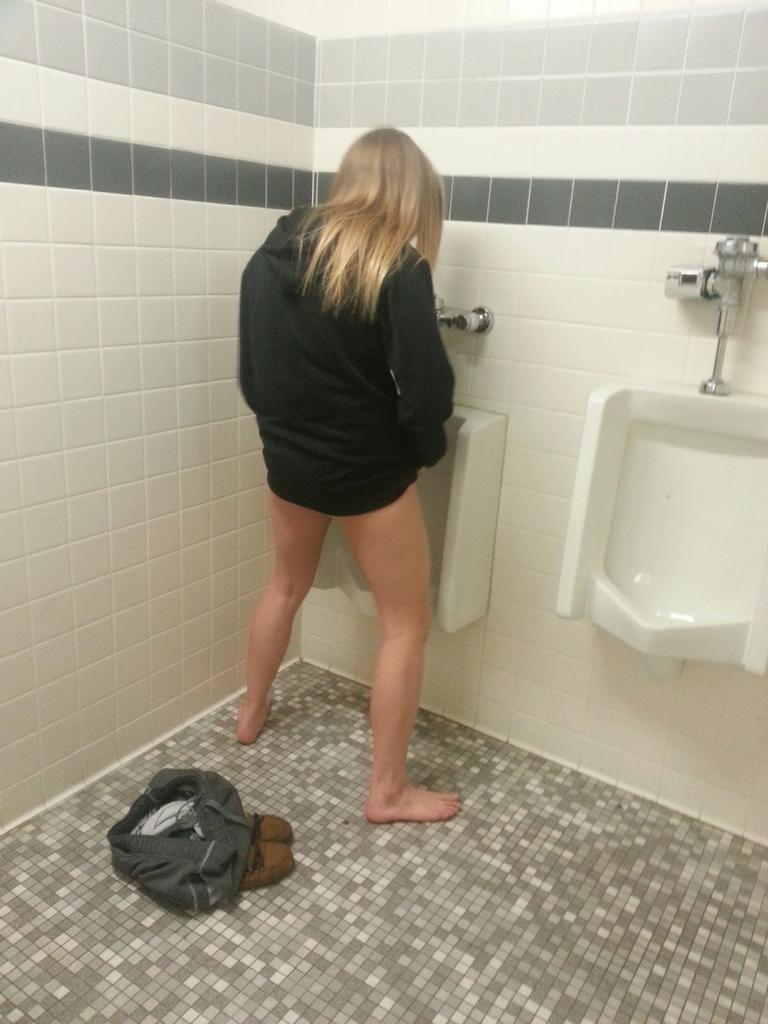 素人ギャルが男子トイレの小便器で立ちション!