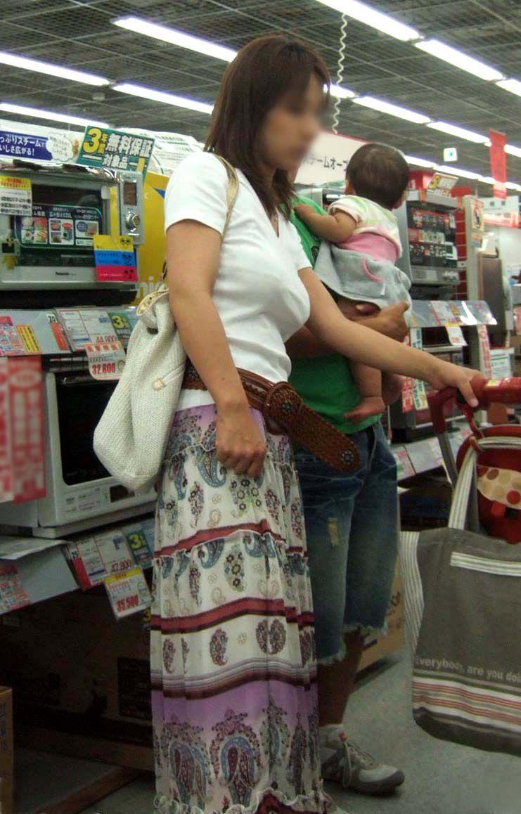 家族で買い物中の人妻の着衣巨乳を盗撮!