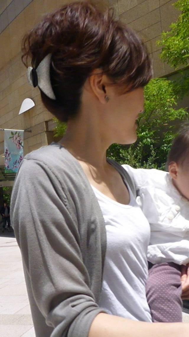 子供を抱っこしる奥さんの着衣巨乳!