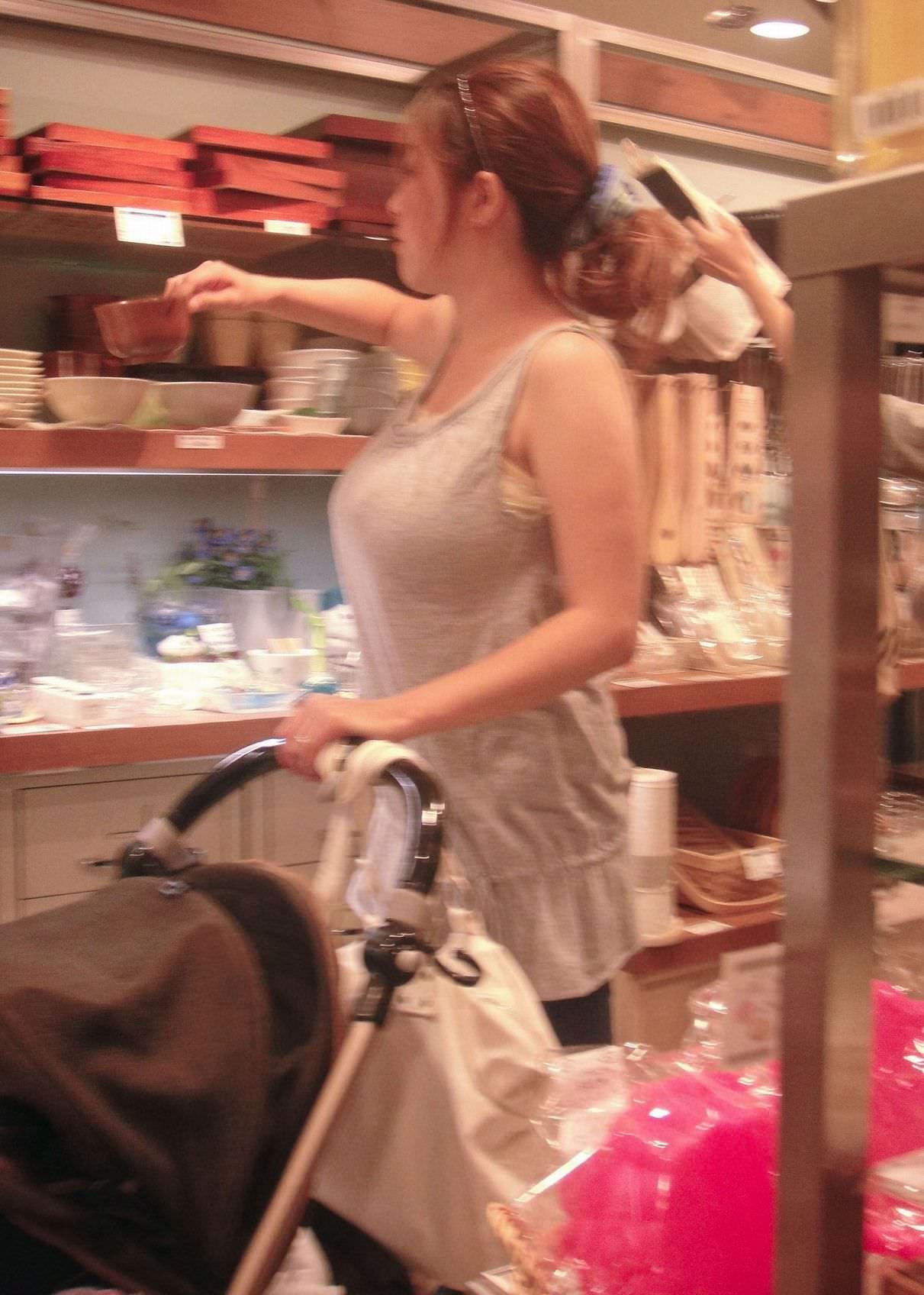 買い物してる若奥様の着衣おっぱいがエロすぎ!