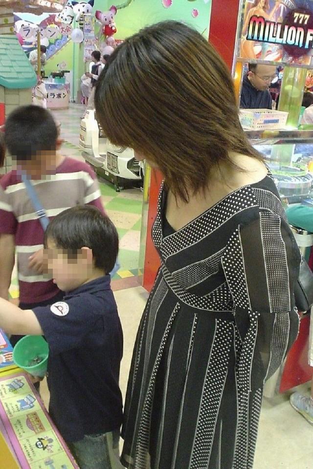 子供と遊ぶ人妻の着衣おっぱいを間近で撮影!