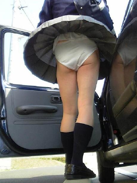 車に乗るときに突風でスカート捲れパンツ見え!