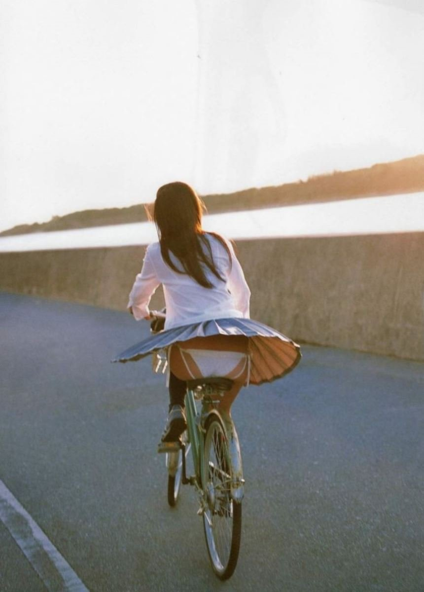 自転車を漕いでるJKのパンツが見えまくり!