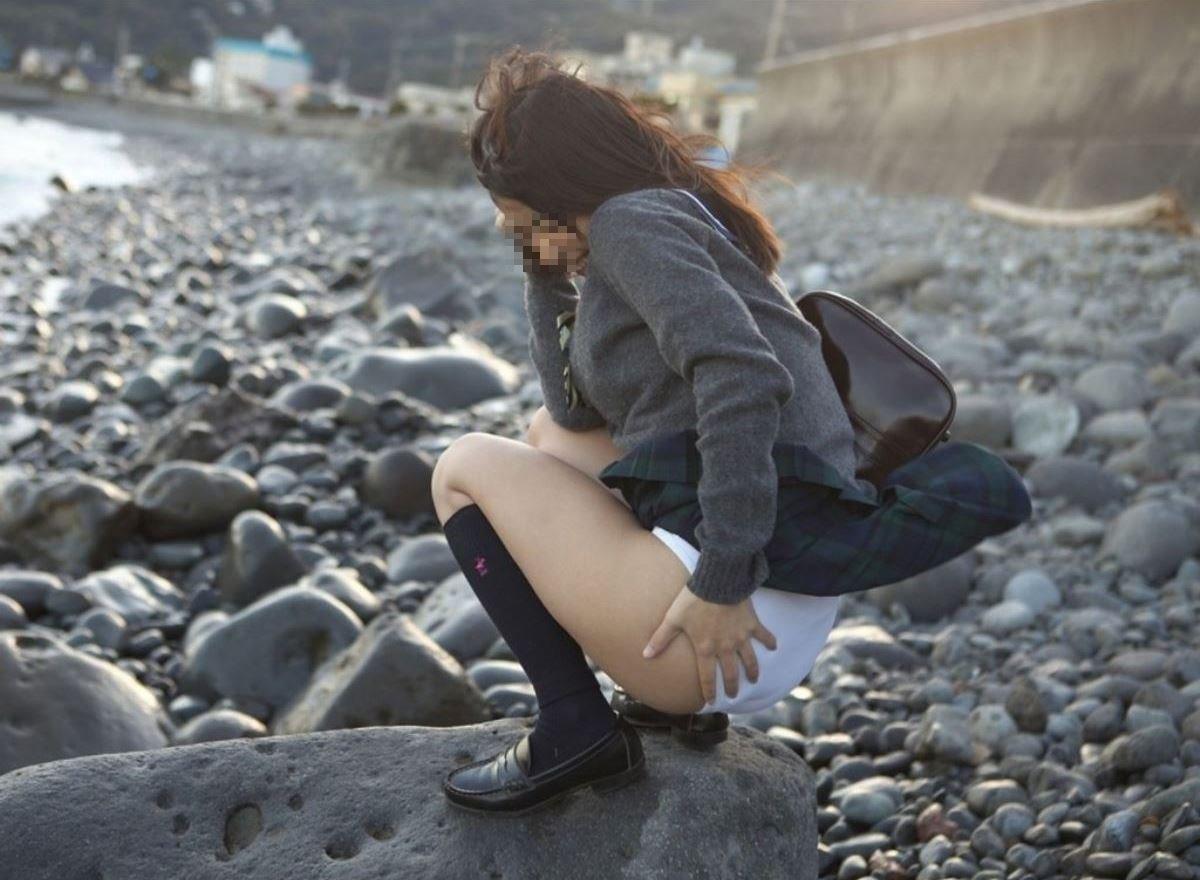 海岸でしゃがみ込んだら突風でパンチラするJK!