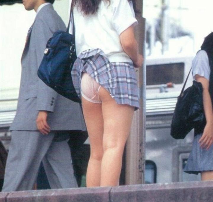駅ホームで強風が吹き女子校生のパンチラ盗撮!