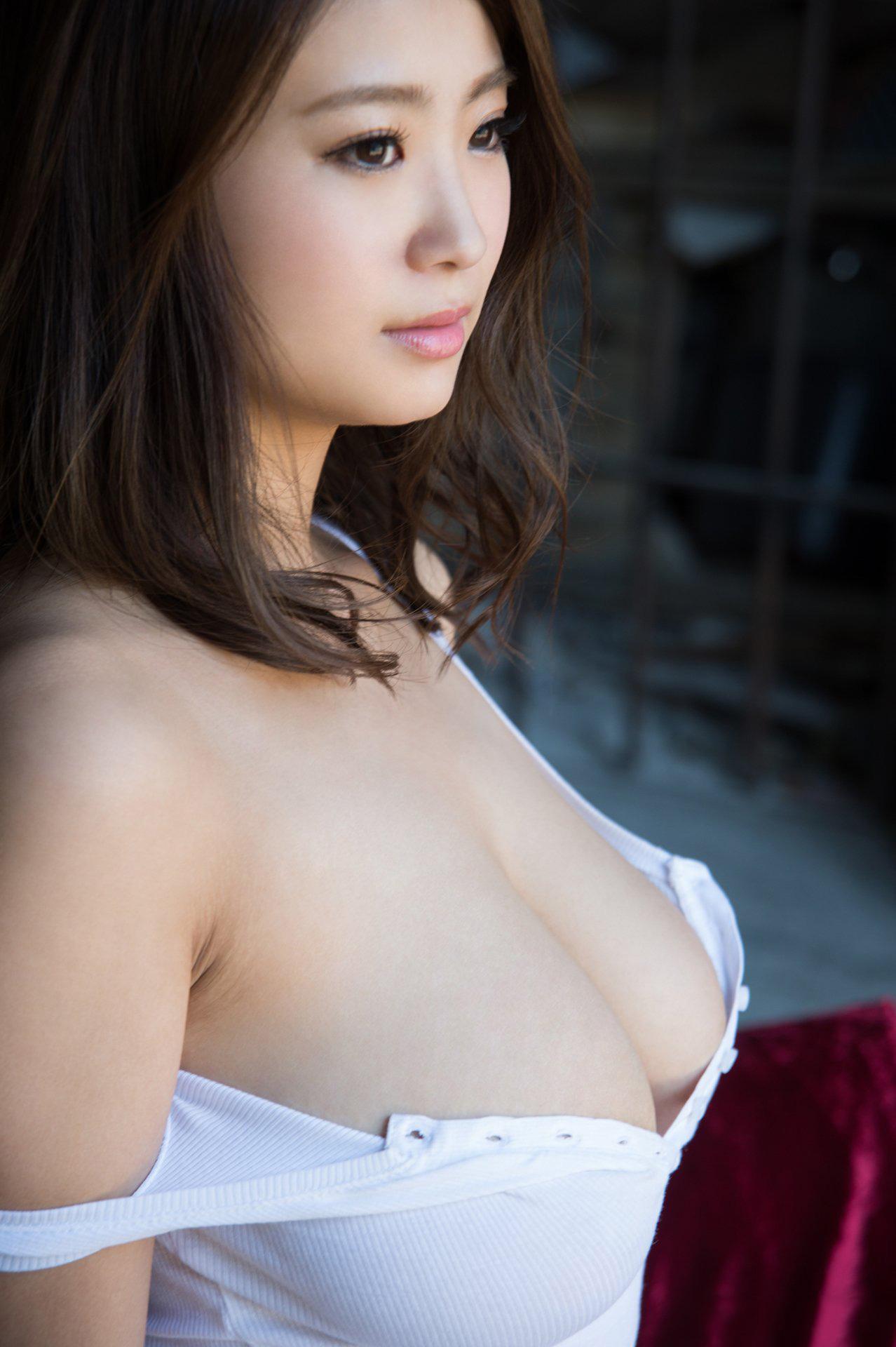 服が捲れて乳首が見えそうで興奮する!