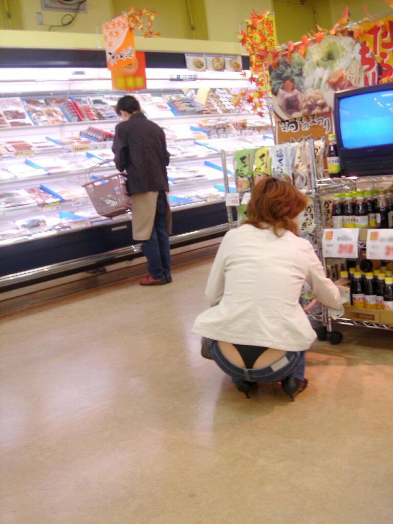 スーパーで買い物してる女性のセクシーパンツ!