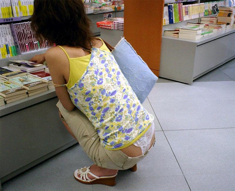 本を探すのに夢中でパンチラは気にしない!