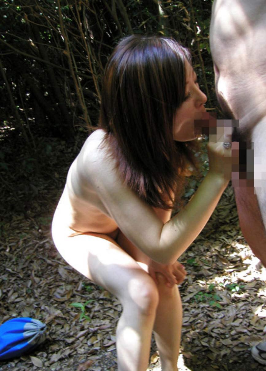 全裸露出しながらフェラ抜きする美女!