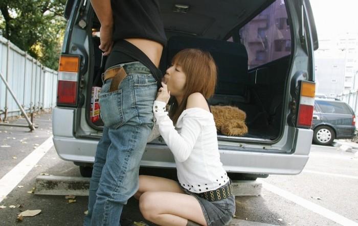 駐車場で男性のズボンを下ろしてフェラチオ!