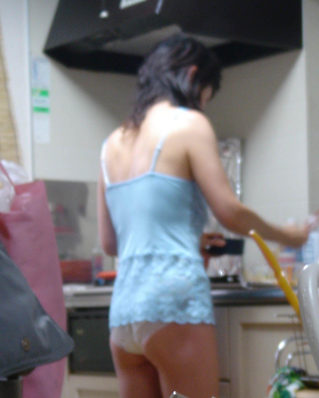 エロい格好で料理してる所を盗撮!