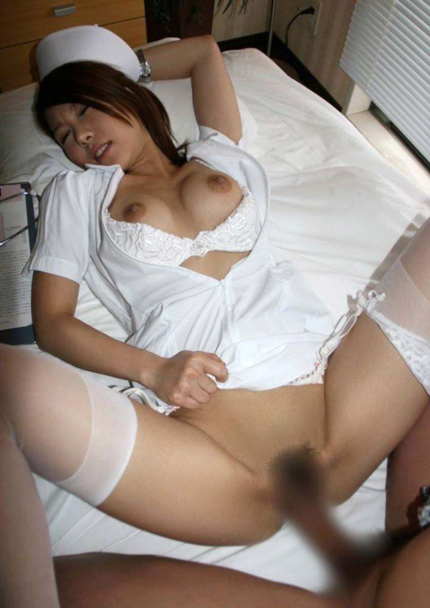 着衣セックスでパコパコ突かれ悶えるナース!