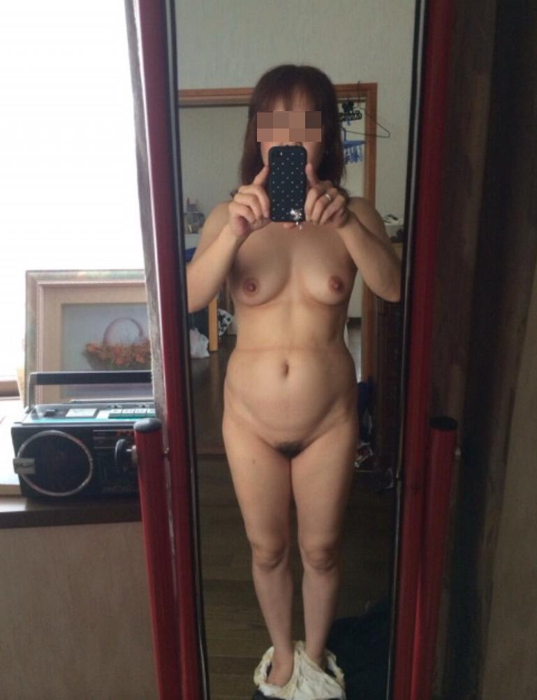 鏡の前で自撮りする素人熟女おばさん!
